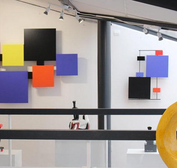 sculpture-murale-couleurs-Pas-Pied-Peint-mobilier-Les-Pieds-Sur-la-Table-meubles-design-modulables-galerie La Baule