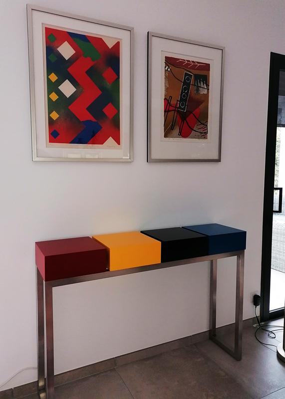 Console en bois laqué de couleurs choisies sur mesure, pied en inox brossé et prises électriques intégrées
