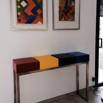 Console sur mesure en bois laqué, pied en inox brossé et prises électriques, design et fabrication par Les Pieds Sur La Table