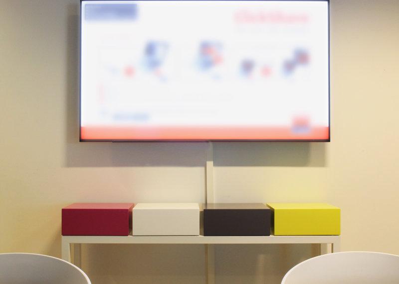 console connectée laque blanche et cubes couleurs vives Plug and Pied mobilier Les Pieds Sur La Table réalisation bureau entreprise détail