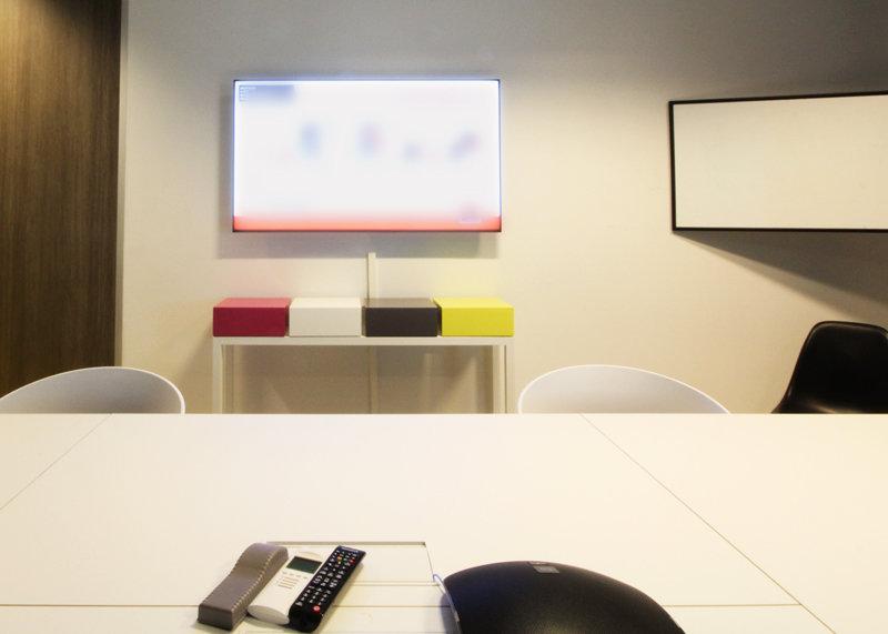 console connectée laque blanche et cubes couleurs vives Plug and Pied mobilier Les Pieds Sur La Table réalisation entreprise bureau