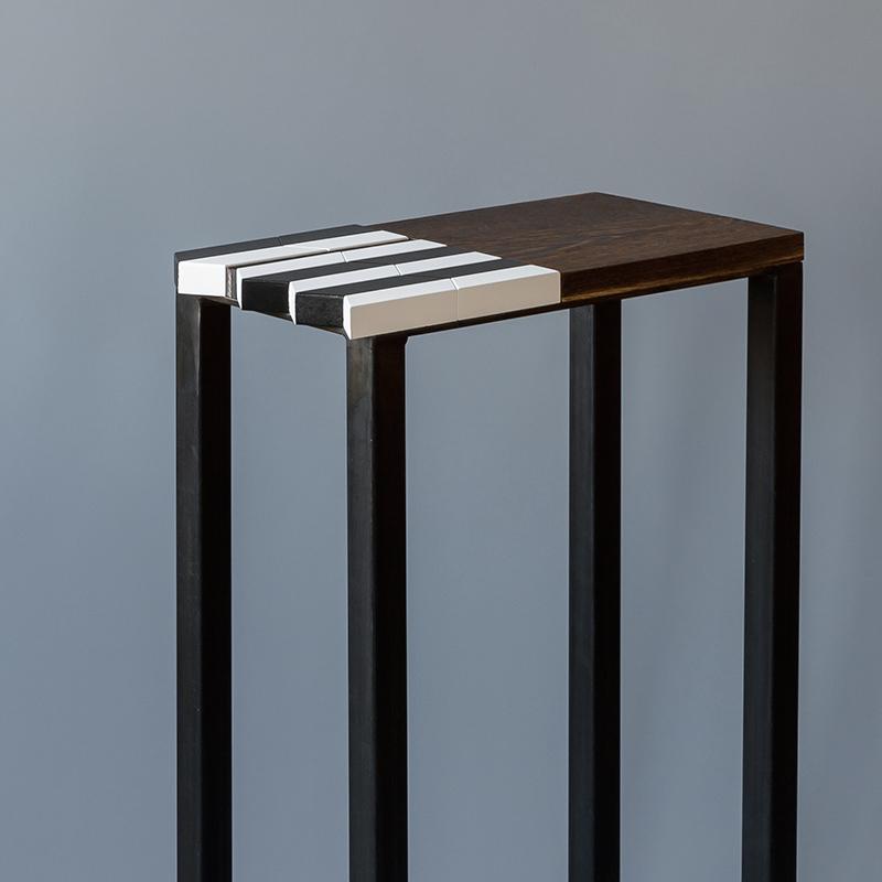 Vue d'ensemble de la console origami moderne au motif noir-et-blanc-bois-massif-wengue-brosse-caoutchouc-noir-pied-en-acier-Console-Drapo-Design-Sandrine-Reverseau.