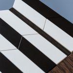 Détail de la surface composée de pièces de bois laquées, de caoutchouc recyclé et de wengué brossé. Console origami design au motif noir-et-blanc-bois-massif-wengue-brosse-caoutchouc-noir-pied-en-acier-Console-Drapeau-Design-Sandrine-Reverseau.