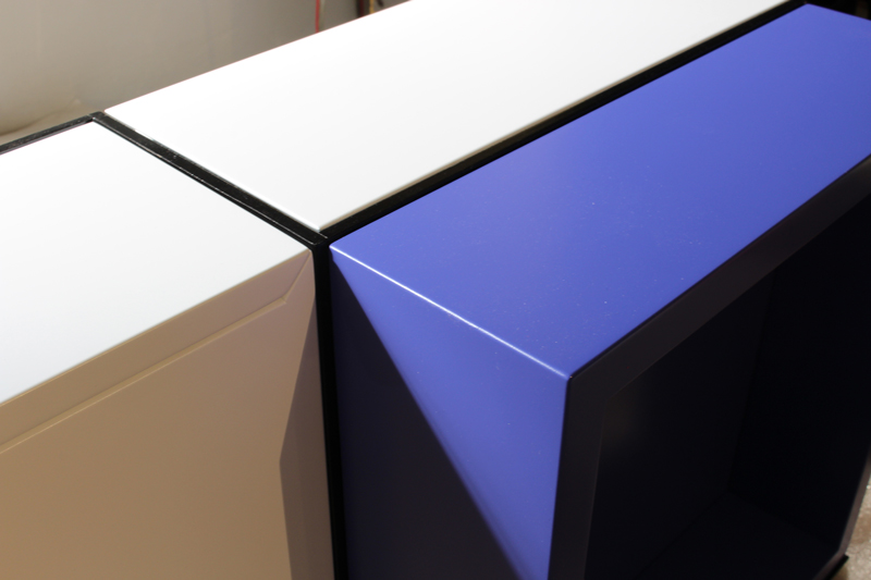 Console murale style Mondrian, console design Pas-Pied sur-mesure laquee blanc et bleu. Mobilier Les Pieds Sur La Table créateur et fabricant de meubles contemporains design sur mesure. Photo d'atelier