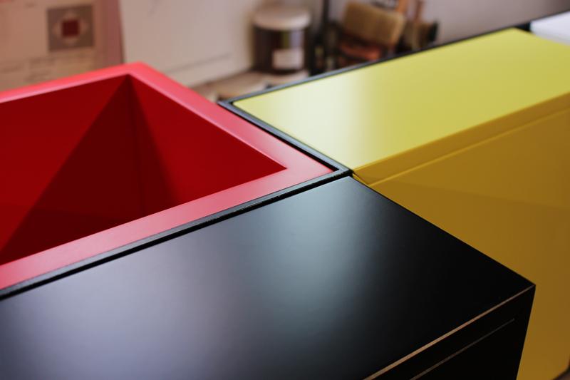Console murale style Mondrian, console design Pas-Pied sur-mesure laquee rouge, noir, jaune. Mobilier Les Pieds Sur La Table créateur et fabricant de meubles contemporains design sur mesure. Photo d'atelier