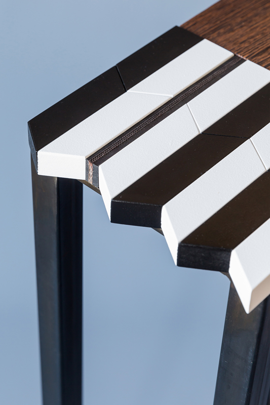 Détail des découpes bois. Console origami moderne au motif noir-et-blanc-bois-massif-wengue-brosse-caoutchouc-noir-pied-en-acier-Console-Drapeau-Design-Sandrine-Reverseau.