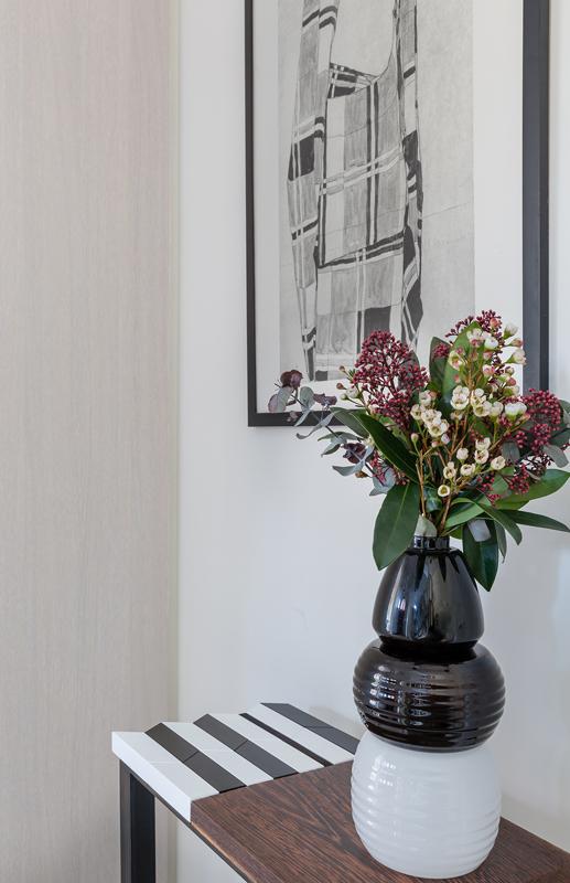 Photo ambiance dans une entrée. Console origami moderne au motif noir-et-blanc-bois-massif-wengué-caoutchouc-noir-pied-en-acier-Console-Drapeau-Design-Sandrine-Reverseau-
