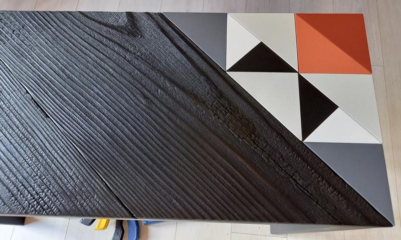 Console Origami 10 ans, détail du motif origami et bois brulé. Création et fabrication mobilier design Les Pieds Sur La Table Paris