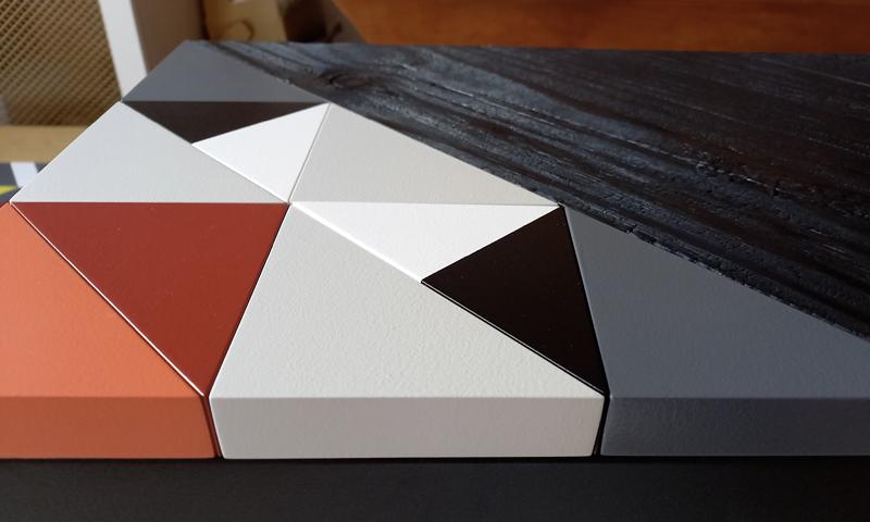 Console bois brulé Origami 10 ans, détail du motif origami et bois brulé. Création et fabrication mobilier design Les Pieds Sur La Table Paris