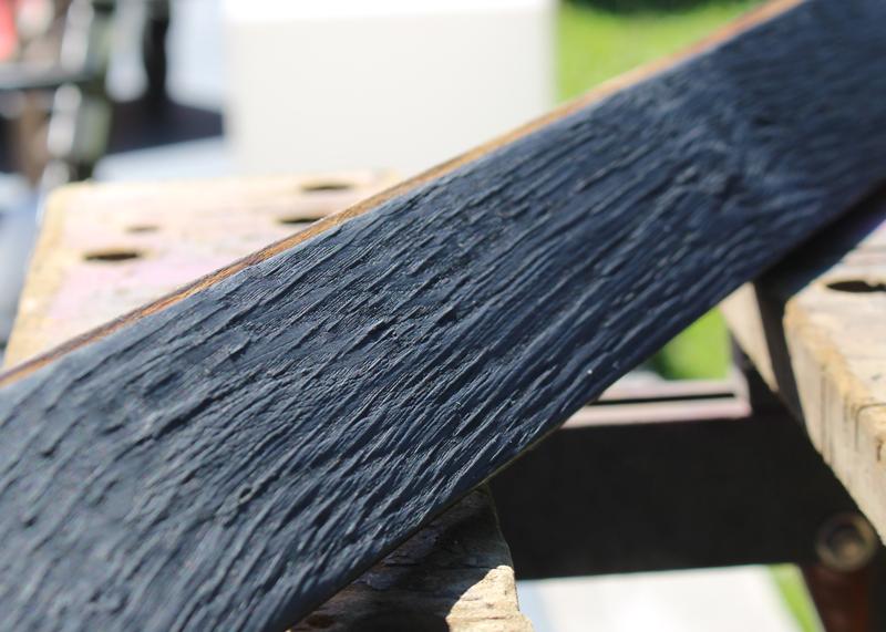 Finition bois brulé réalisée dans l'atelier de Sandrine Reverseau pour les meubles de la collection ORIGAMI