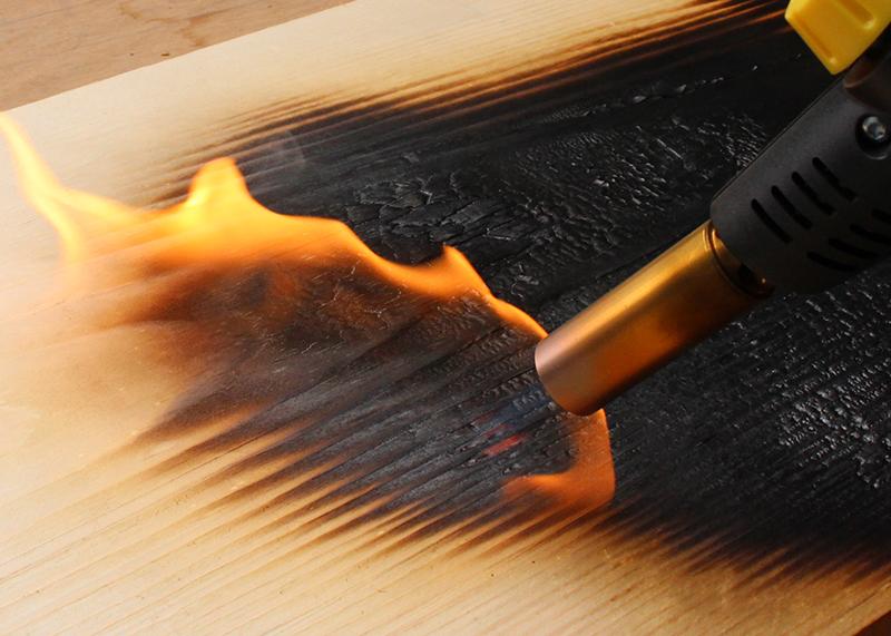 Finition bois brûlé technique shou sugi ban dans l'atelier de meubles design Les Pieds Sur La Table Paris