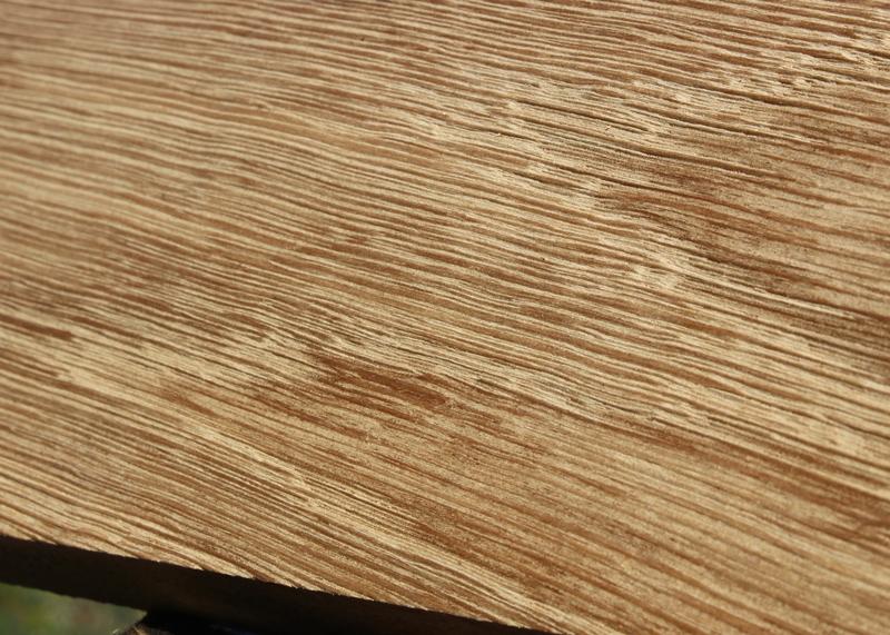 Finition chêne brossé recyclé réalisée dans l'atelier de Sandrine Reverseau pour les meubles de la collection ORIGAMI