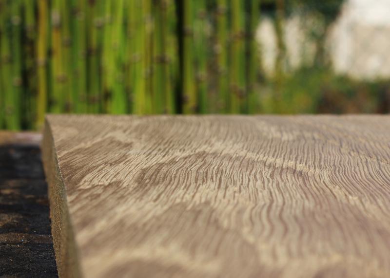Finition bois brossé réalisée dans l'atelier de Sandrine Reverseau pour les meubles de la collection ORIGAMI