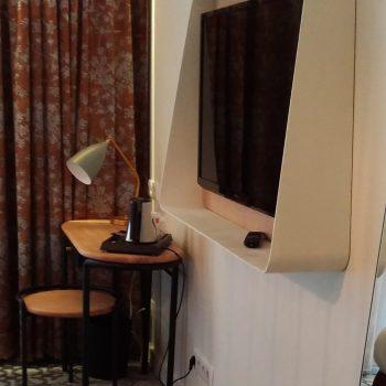 Cadre télévision sur mesure chambre témoin Hôtel Mercure-mobilier-design-Les-Pieds-Sur-la-Table-photo hôtel