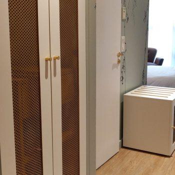 Placard et Meuble mini bar Repose bagages sur mesure chambre témoin Hôtel Mercure-mobilier-design-Les-Pieds-Sur-la-Table-photo hôtel