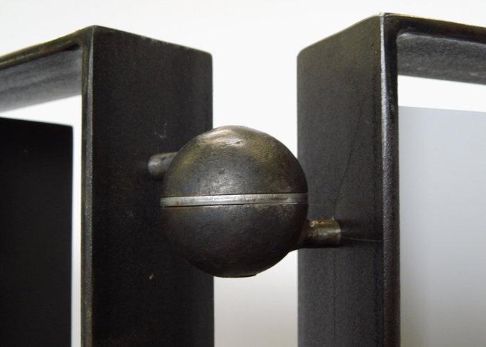 paravent cubique animé 3 panneaux laque et acier Tournis-Pied mobilier Les Pieds Sur La Table détail sphère sculptée