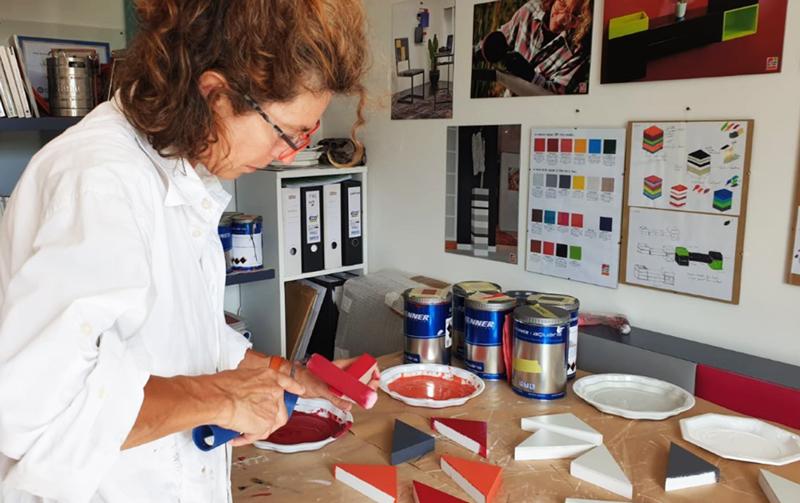 Créatrice de meubles dans son atelier, Sandrine Reverseau, Rueil-Malmaison près de Paris