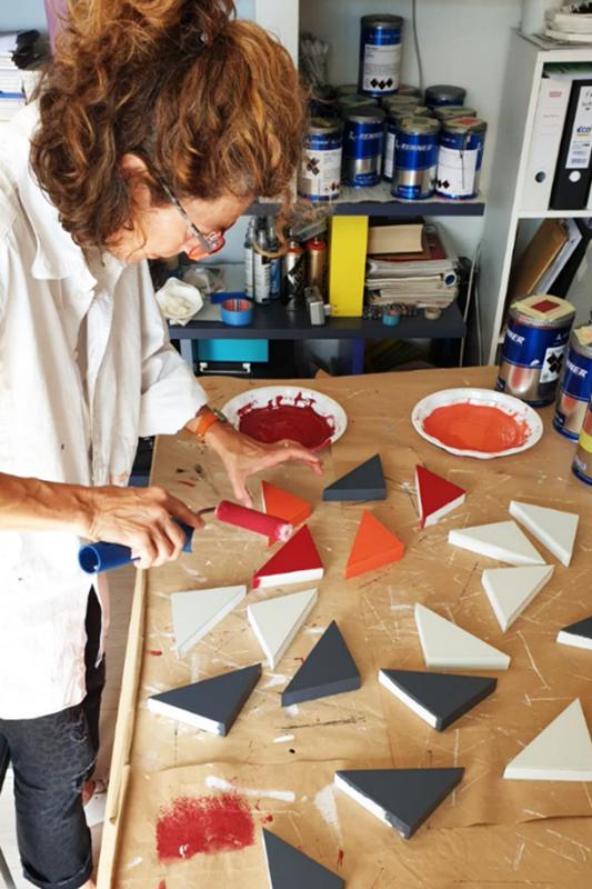 Console bois laqué laqué à l'atelier : Sandrine la créatrice en pleine application des 5 couches de laque. CRéation et fabrication mobilier design Les Pieds Sur La Table Paris