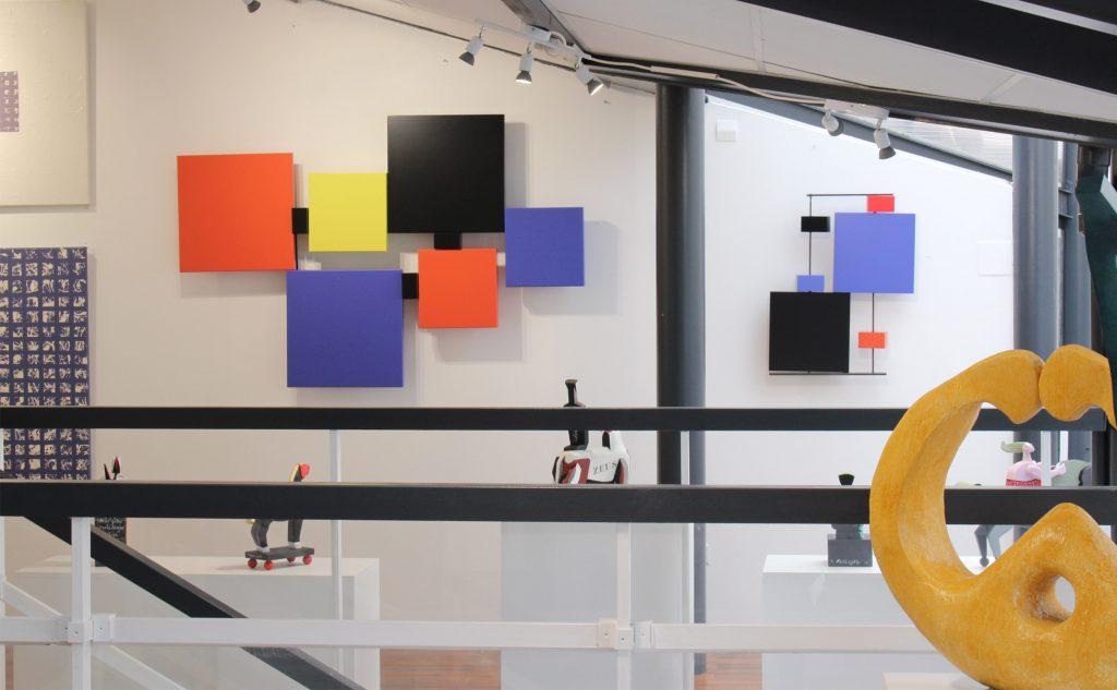 sculpture-murale-couleurs-Pas-Pied-Peint-mobilier-Les-Pieds-Sur-la-Table-meubles-design-modulables-galerie-La Baule