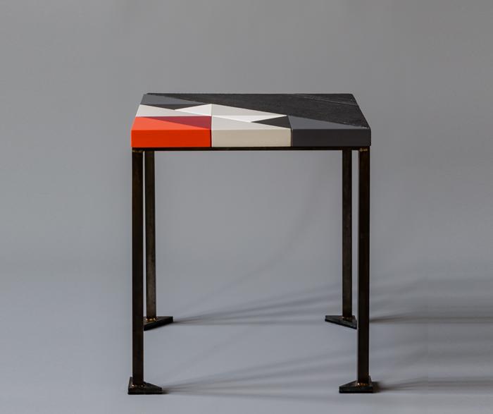 Table basse bois brûlé et motif Origami en couleurs . Table basse petit modèle Panorama Création Meubles Les Pieds Sur La Table Une