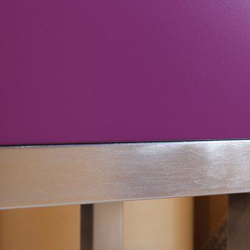 Atelier de création de meubles contemporains Les PIeds Sur La Table, meubles design sur mesure, Etape du polissage d'une structure de meuble inox brossé par Sandrine Reverseau la créatrice. Détail angle estompé 2