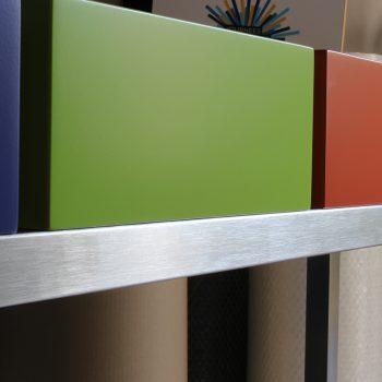 Atelier de création de meubles contemporains Les PIeds Sur La Table, meubles design sur mesure, Etape du polissage d'une structure de meuble inox brossé par Sandrine Reverseau la créatrice. Traverse