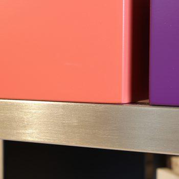 Atelier de création de meubles contemporains Les PIeds Sur La Table, meubles design sur mesure, Etape du polissage d'une structure de meuble inox brossé par Sandrine Reverseau la créatrice. Détail traverse