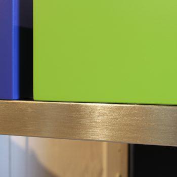 Atelier de création de meubles contemporains Les PIeds Sur La Table, meubles design sur mesure, Etape du polissage d'une structure de meuble inox brossé par Sandrine Reverseau la créatrice. Détail