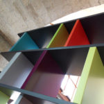 bibliothèque étagère modulable sur mesure multicolore Tu Lis Pied mobilier Les Pieds Sur La Table détail
