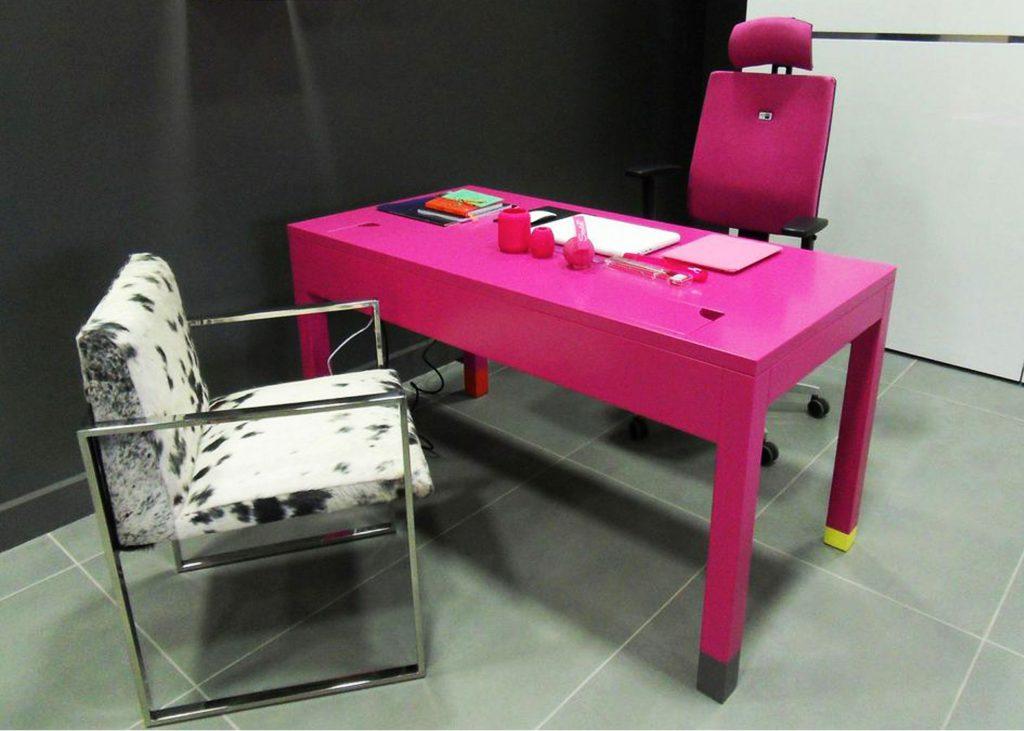 le bureau connect en couleurs co pied mobilier les pieds sur la table. Black Bedroom Furniture Sets. Home Design Ideas