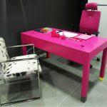 bureau-connecte-co-pied-couleur-mobilier-les-pieds-sur-la-table-fuchsia