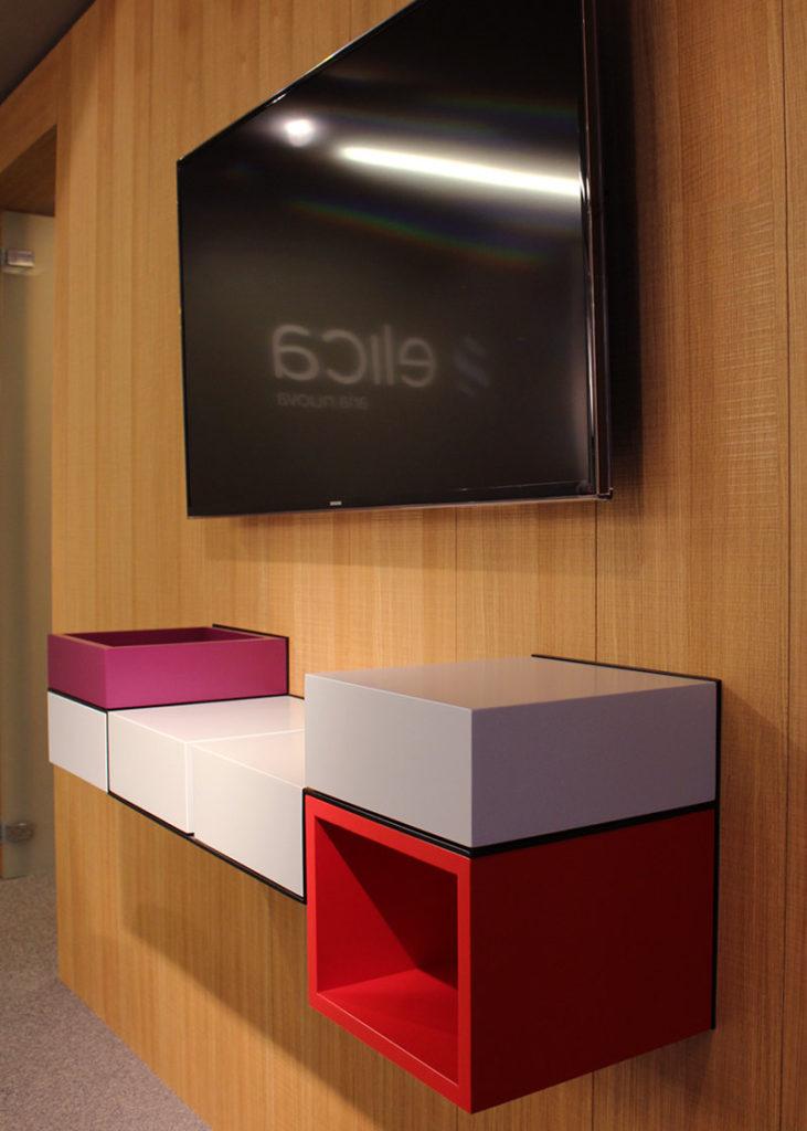 bureau console mural laqué rouge et gris Pas-Pied mobilier Les Pieds sur la table réalisation entreprise Elica France