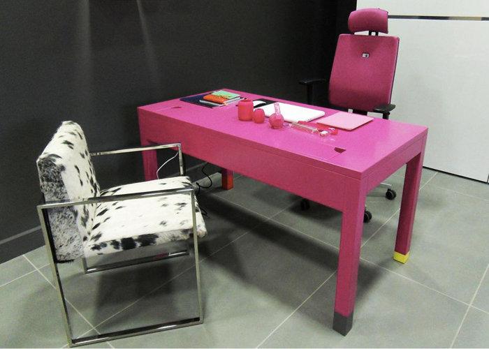 bureau connecté avec prises électriques et ethernet Co-Pied couleur fuchsia mobilier Les Pieds Sur La Table