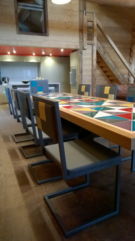 chaise de repas design acier gris et dossier en damier gris jaune bleu sur mesure par Les Pieds Sur la Table chalet en Suisse