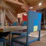 chaise design dossier haut Pied-Tine dossier en damier gris bleu par Les Pieds Sur la Table chalet en Suisse