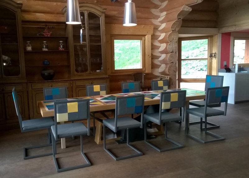 chaises de repas design acier gris et dossier en damier sur mesure par Les Pieds Sur la Table chalet en Suisse