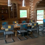 chaise de repas design acier gris et dossier en damier par Les Pieds Sur la Table chalet en Suisse