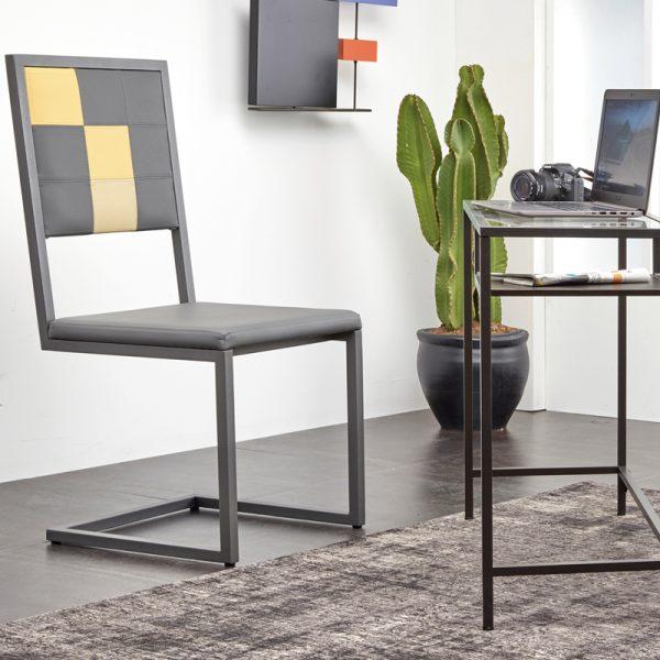 chaise design pour les bureaux d'entreprise Pied-Tine, pied acier cantilever, dossier en damier sur mesure, Mobilier design Les Pieds Sur La Table