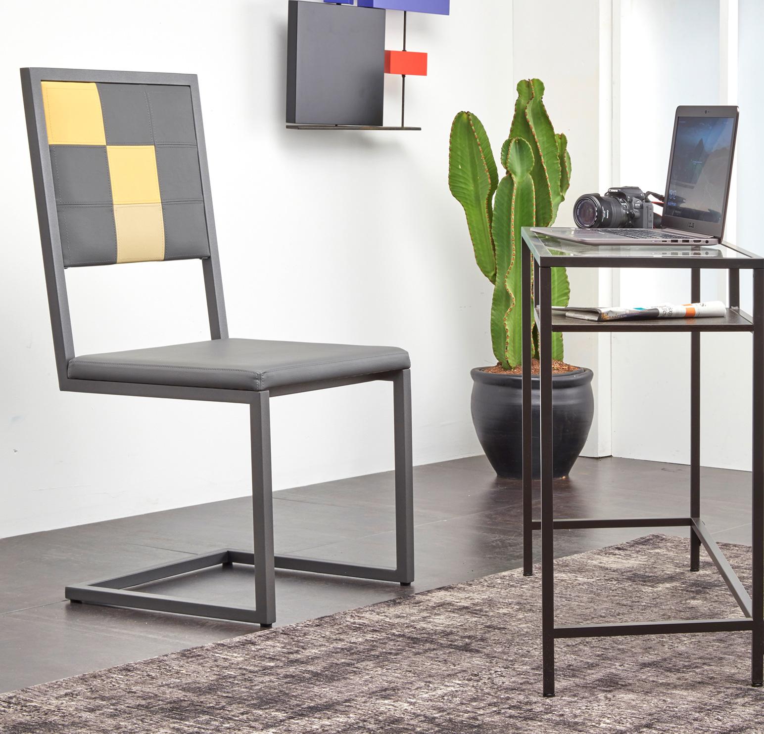 chaise de bureau design Pied-Tine, pied acier cantilever, dossier en damier sur mesure, Mobilier design Les Pieds Sur La Table