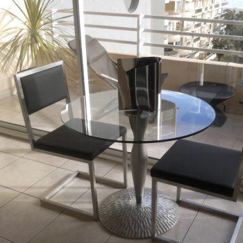 chaise design cantilever inox et cuir noir. Chaise design Pied-Tine fabriquées pour une maison particulière, Mobilier design modulable Les Pieds Sur La Table