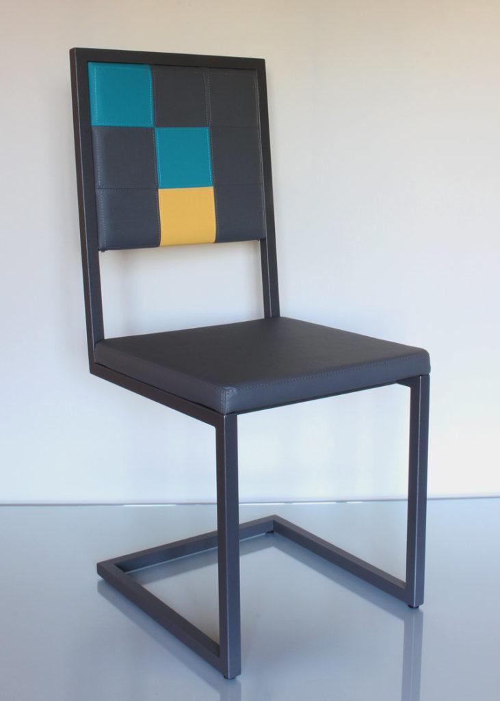 chaise design Pied-Tine dossier haut structure acier et dossier damier par Les Pieds Sur la Table