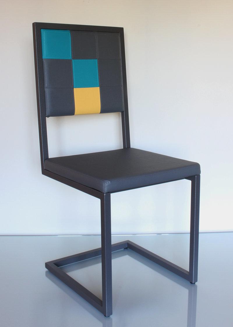 Chaise design pied tine dossier haut mobilier les for Chaise 3 pieds