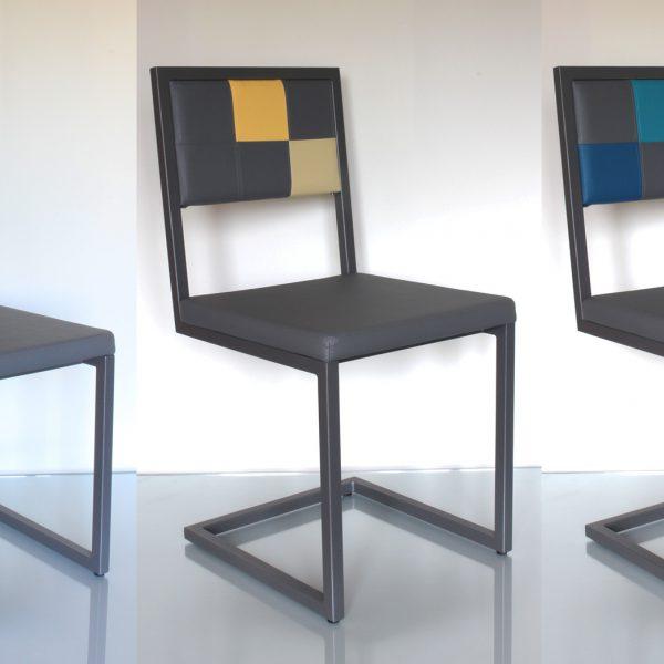 chaise de repas design sur mesure acier gris et dossier en damier par Les Pieds Sur la Table Créateur fabricant de Mobilier contemporain