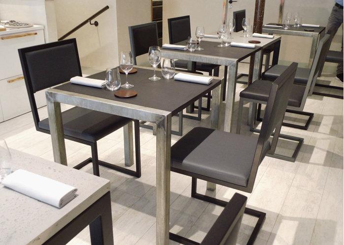 chaise de restaurant design structure cantilever acier et dossiers unis par Les Pieds Sur la Table Paris