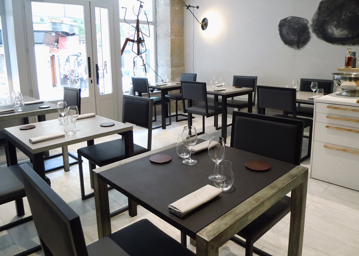 Range of design chair pied tine restaurant at paris les for Chaise restaurant