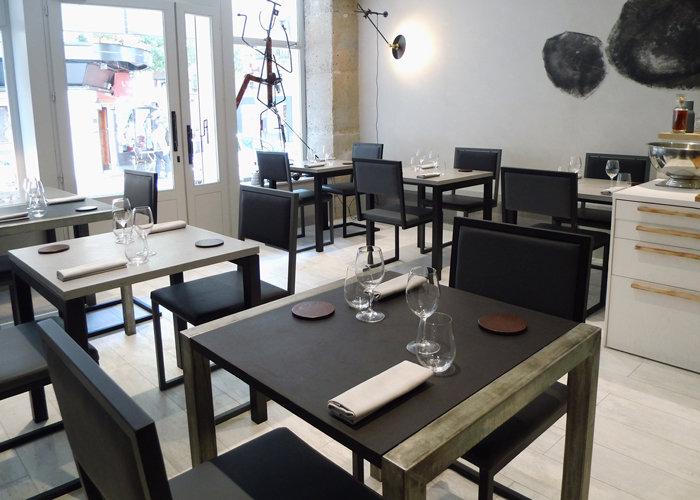 chaise de restaurant design acier noir et dossier uni noir et gris par Les Pieds Sur la Table