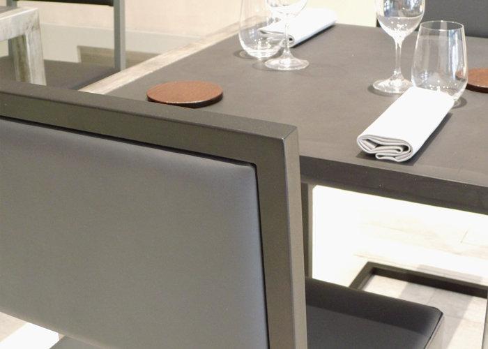chaise de restaurant design acier noir et dossier uni gris par Les Pieds Sur la Table detail