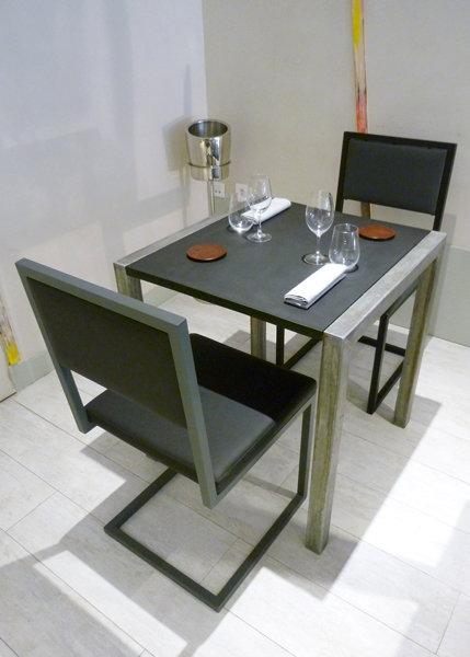 chaise de restaurant design acier gris et dossier uni noir et gris par Les Pieds Sur la Table