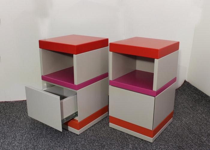 chevet laqué en couleurs avec tiroir et rangement De-bon-Pied mobilier Les Pieds Sur La Table réalisation maison