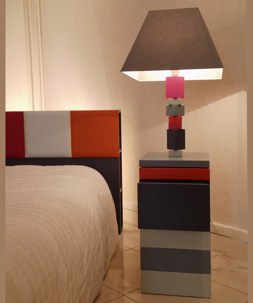 lampe en couleurs pied jeu mobilier les pieds sur la table. Black Bedroom Furniture Sets. Home Design Ideas